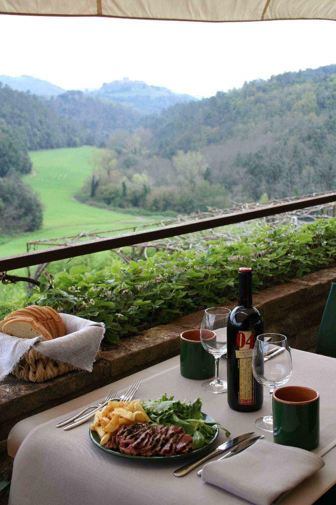 Cedesi affitto di ristorante all'interno di struttura alberghiera nella campagna senese
